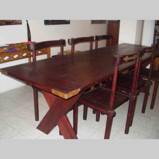 table ferme afrikine, bois sapéli teinté et chaises baoulé