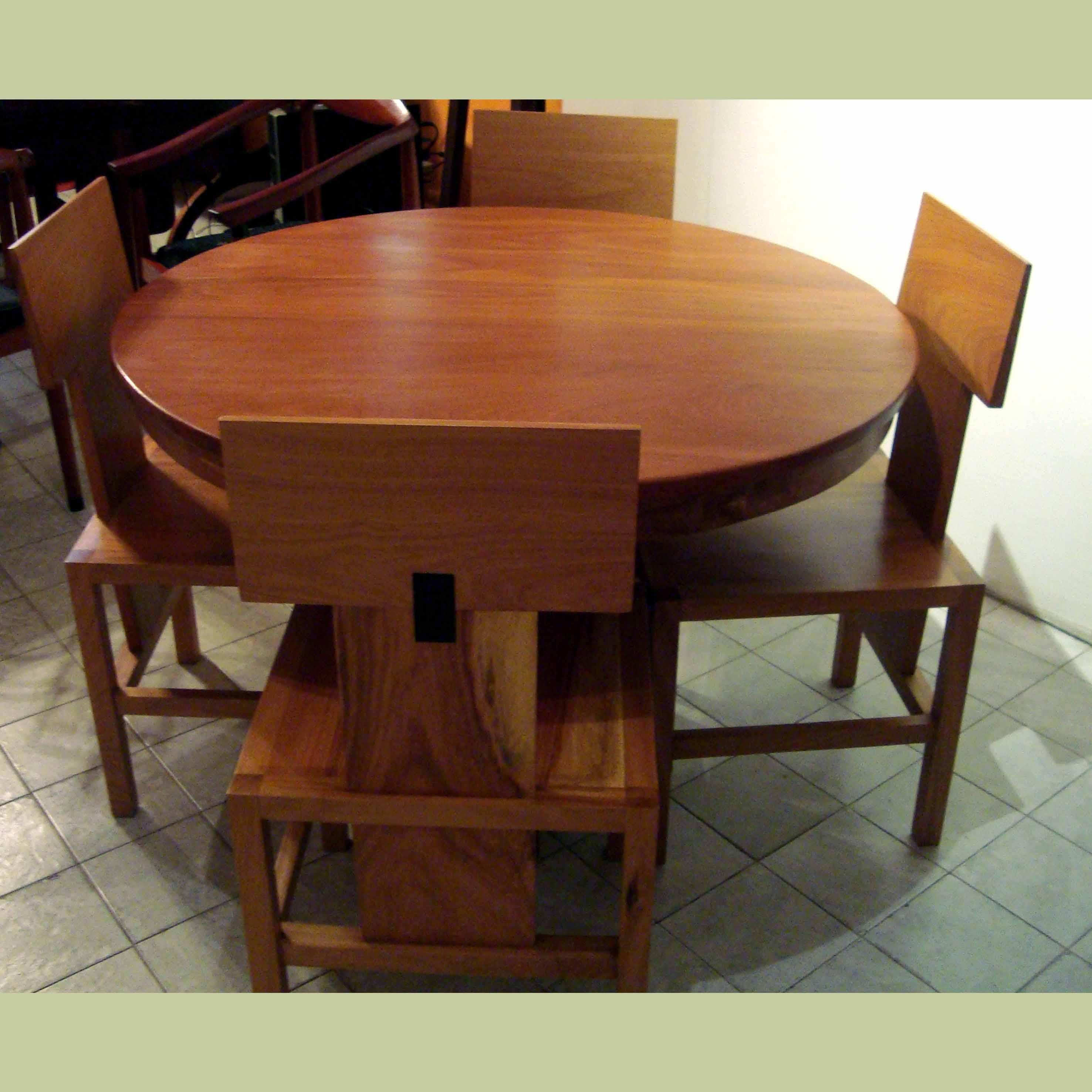 table ronde et chaises totem
