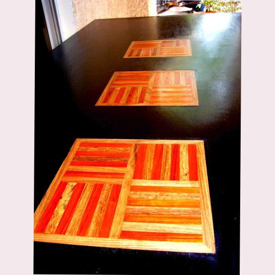 table et chaises magali en bois sapéli teinté et motif baoulé mutlibois