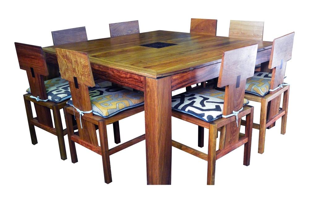 table cambérène en bois de veine et motif central en wengué. 150 x 150 x h 78 (présentée sans les 2 rallonges de 50 cm)
