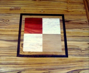 motif SAITO sur plateau teck bois padouk, fraké, bété entouré de ronier